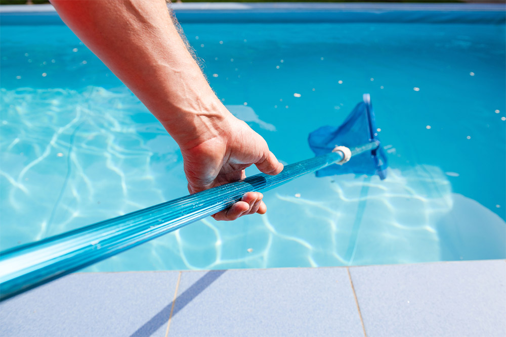 Pool Cleaning with Pole Leaf Net